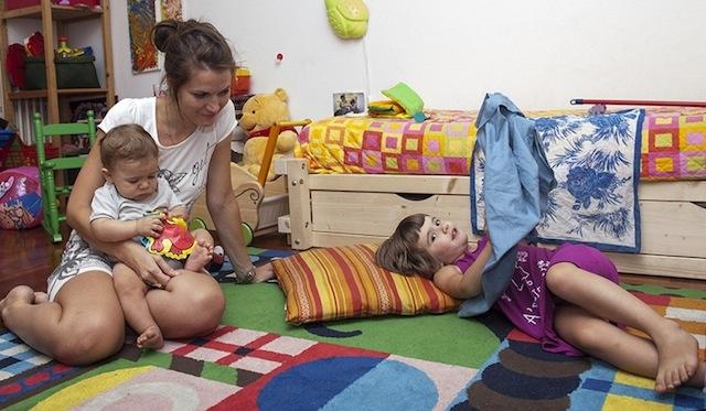 Elisa con Matilde (4 anni) e Andrea (1 anno). Pro: aver creato un'opportunità. Contro: la stanchezza che a volte prende il sopravvento