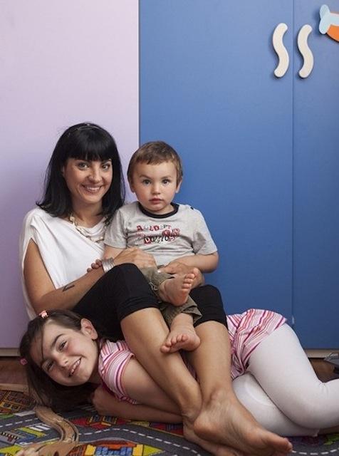 Serena con Valentino (3 anni) e Iside (7 anni). Pro: riscoprire ogni giorno un amore incondizionato. Contro: l'assoluto sbattimento quotidiano di orari, tempi, eccetera